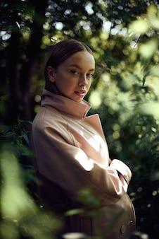 Portrait de jolie belle jeune fille avec gros plan de taches de rousseur