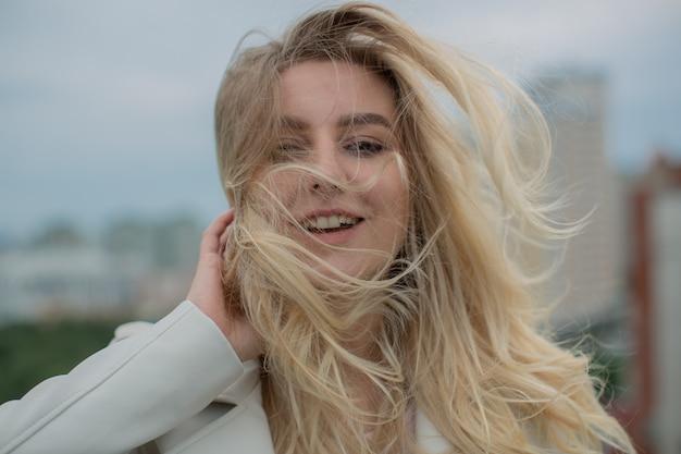 Portrait d'une jolie blonde qui rit.
