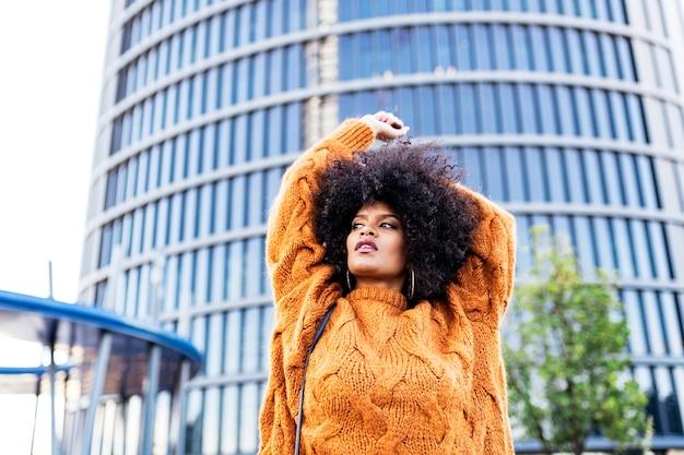 Portrait de jolie femme afro dans la rue. notion de coiffure