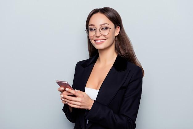 Portrait de jolie femme à l'aide de téléphone intelligent