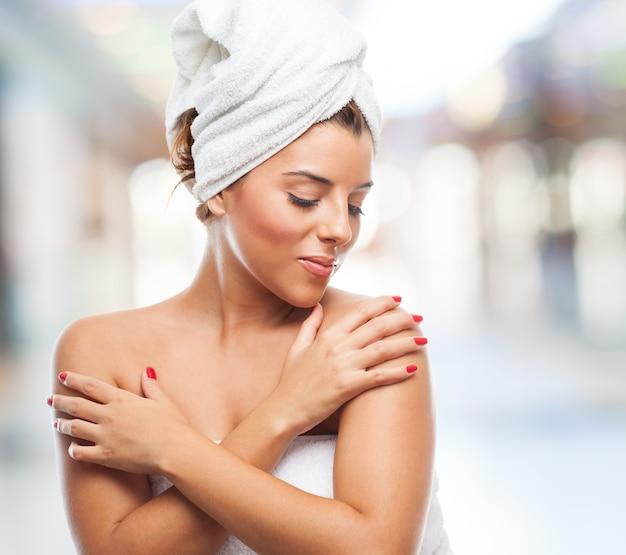Portrait d'une jolie femme après un bain
