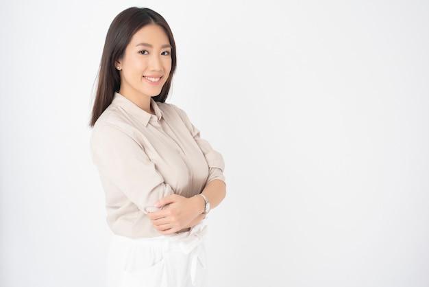 Portrait de jolie femme asiatique sur mur blanc