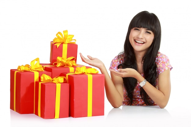 Un portrait de jolie femme asiatique de santa avec beaucoup de coffrets cadeaux.