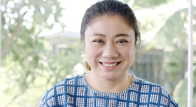 Portrait de jolie femme asiatique souriante brune jolie confiante.