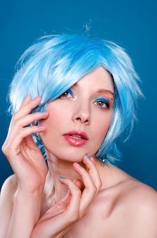 Portrait de jolie femme aux cheveux bleus et maquillage
