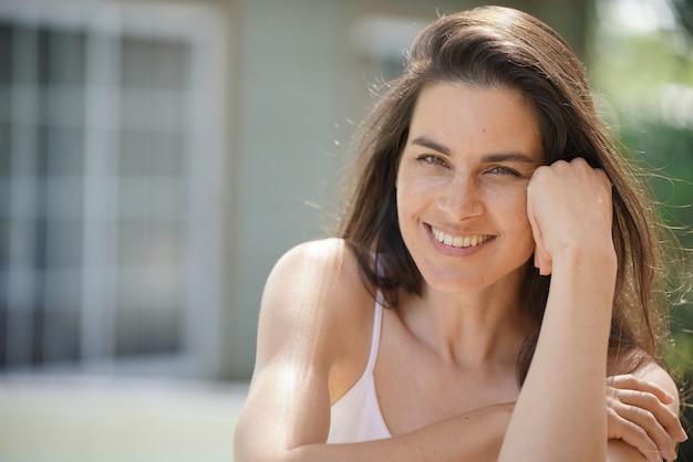 Portrait de jolie femme brune de 40 ans