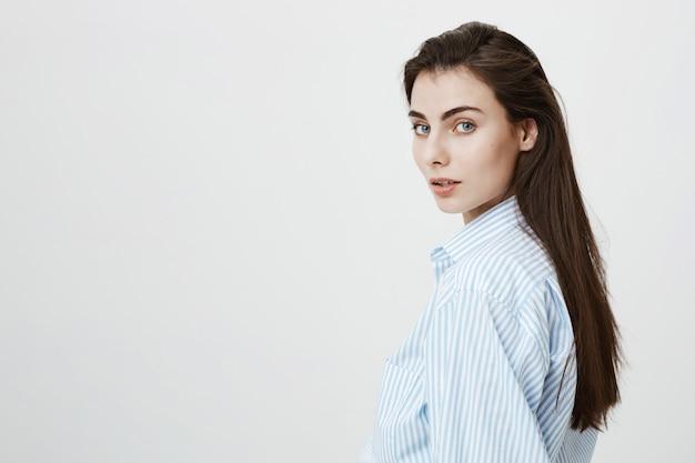Portrait de jolie femme caucasienne