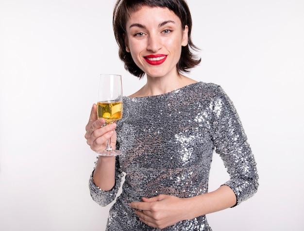 Portrait de jolie femme célébrant