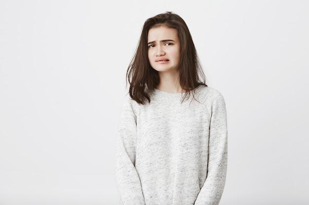 Portrait de jolie femme européenne qui montre le désaccord et le dégoût