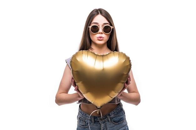 Portrait jolie femme avec forme de coeur ballon
