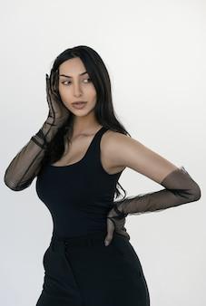 Portrait de jolie femme indienne portant des vêtements à la mode et des gants élégants