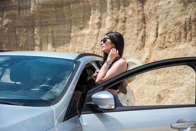 Portrait de jolie femme à l'intérieur de la voiture