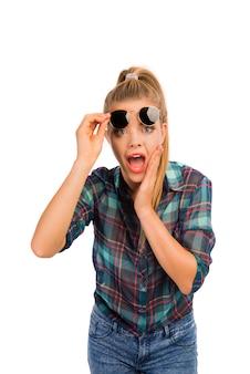 Portrait de jolie femme avec des lunettes de soleil