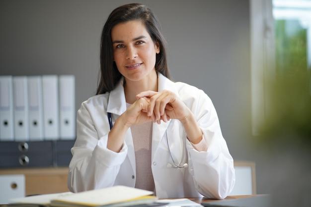 Portrait de jolie femme médecin en blouse de laboratoire