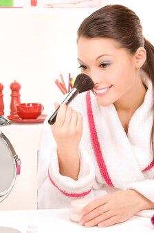 Portrait de jolie femme avec pinceau et miroir