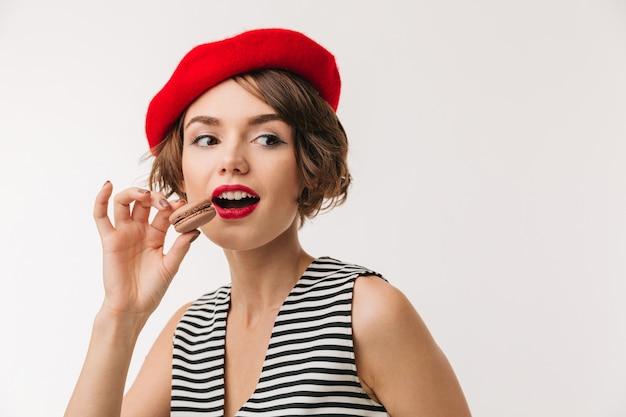 Portrait d'une jolie femme portant un béret rouge
