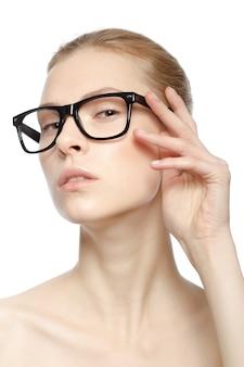 Portrait de jolie femme de race blanche isolée sur blanc studio avec des lunettes
