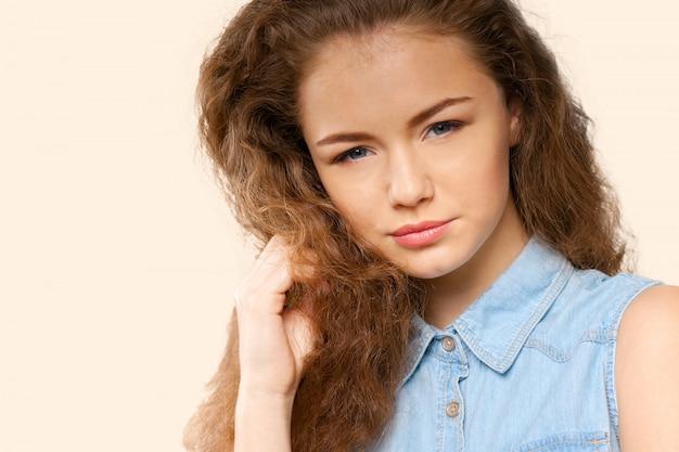 Portrait de jolie femme souriante caucasienne