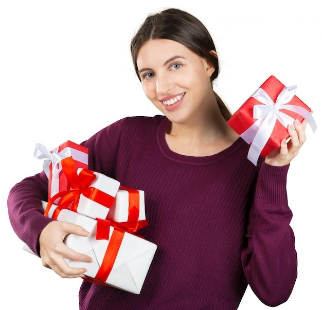 Portrait d'une jolie femme souriante et coffret cadeau