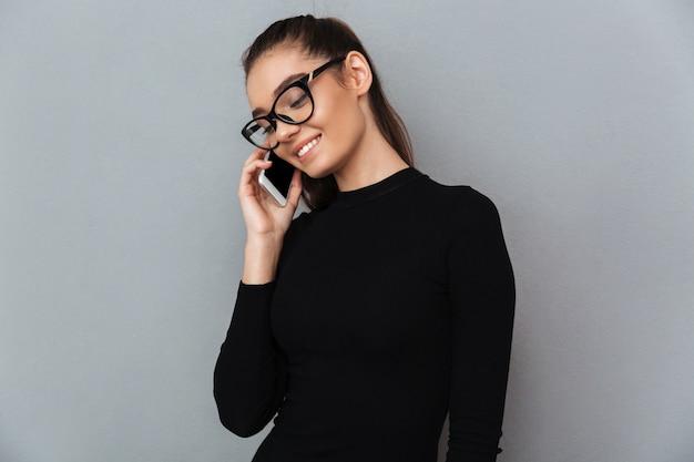 Portrait d'une jolie femme souriante à lunettes