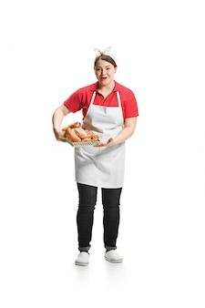 Portrait de jolie femme souriante avec des pâtisseries dans ses mains