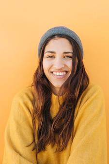 Portrait d'une jolie femme souriante