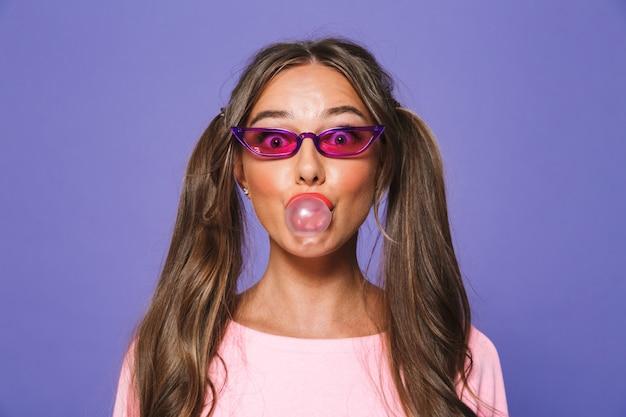 Portrait d'une jolie femme en sweat-shirt à lunettes de soleil