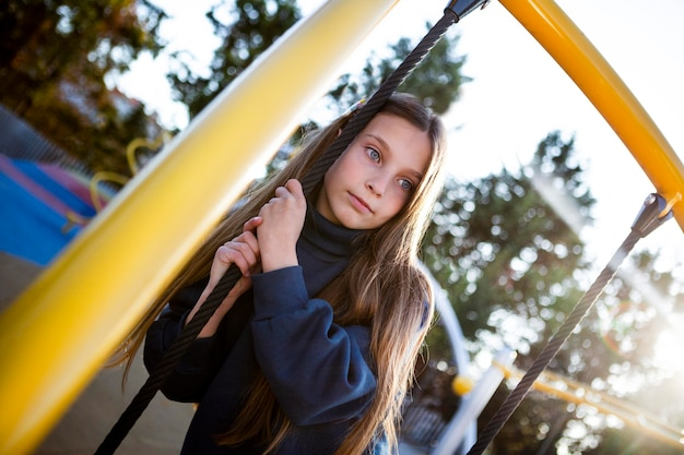 Portrait de jolie fille sur l'aire de jeux