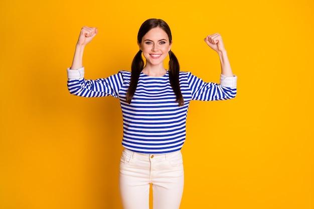 Portrait d'une jolie fille assez forte montre des muscles de force appréciez l'entraînement sportif portez des vêtements de bonne apparence isolés sur un fond de couleur brillant