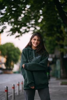 Portrait de jolie fille aux cheveux longs en ville sur rue