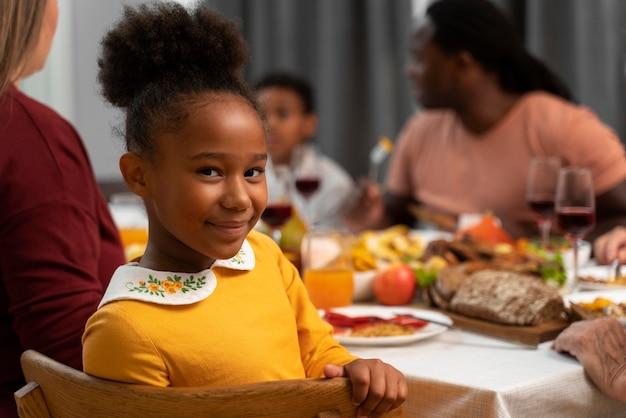 Portrait de jolie fille à côté de sa famille le jour de thanksgiving