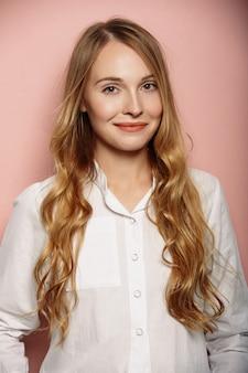 Portrait de jolie fille dans une chemise blanche