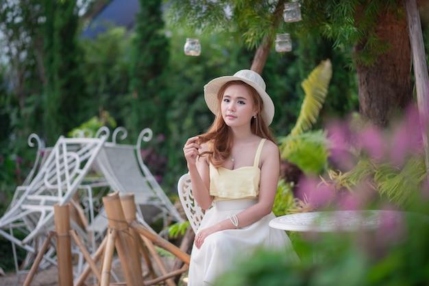 Portrait de jolie fille dans le jardin