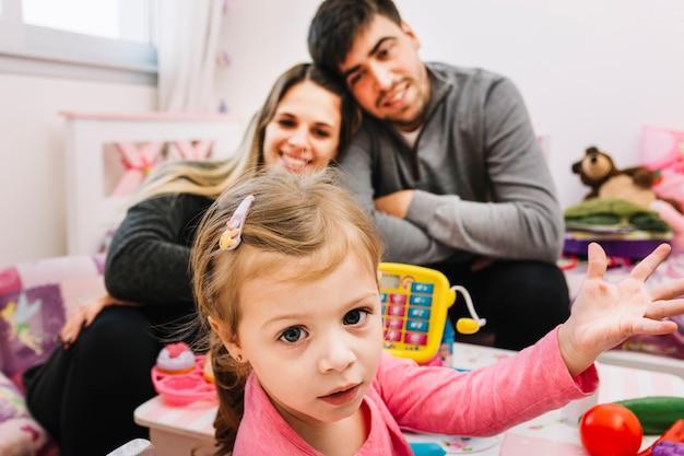 Portrait d'une jolie fille devant ses parents heureux