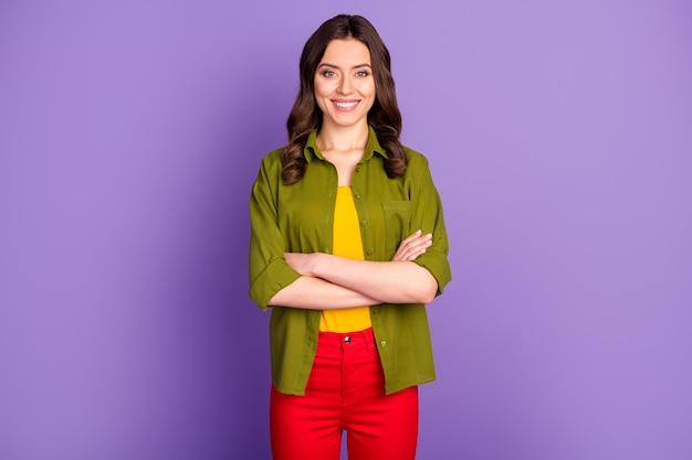 Portrait d'une jolie fille de gestionnaire séduisante et charmante qui croise les mains prêtes à décider de choisir la solution de choix de décision porter des vêtements de bonne apparence isolés sur fond violet de couleur vive