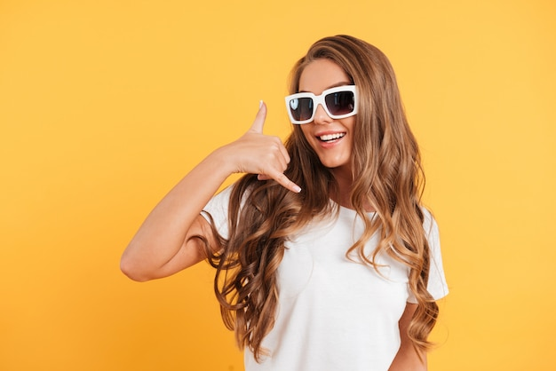 Portrait d'une jolie fille heureuse en lunettes de soleil