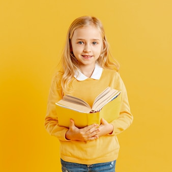 Portrait jolie fille avec livre