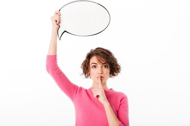 Portrait d'une jolie fille loveky tenant une bulle de dialogue vide