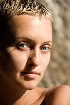 Portrait de jolie fille, peau saine, pas de maquillage