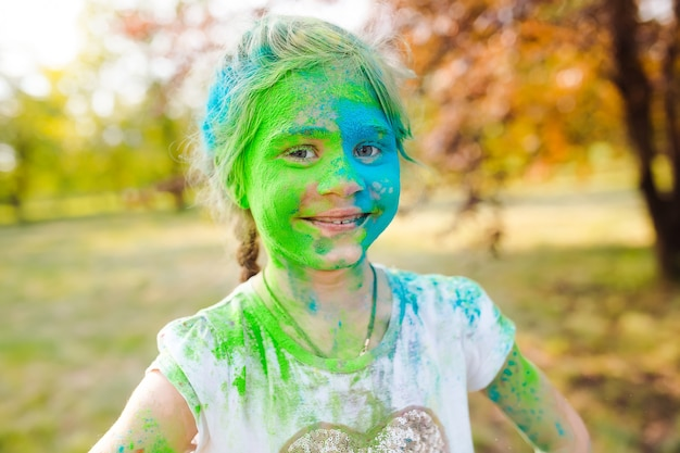 Portrait d'une jolie fille peinte aux couleurs du festival holi.