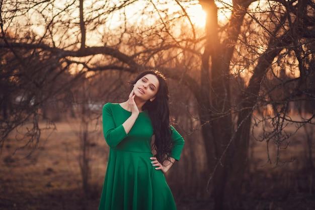 Portrait de jolie fille en plein air