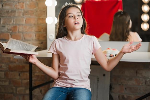 Portrait de jolie fille en répétition dans les coulisses