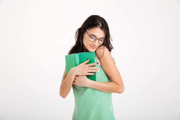 Portrait d'une jolie fille en robe et lunettes