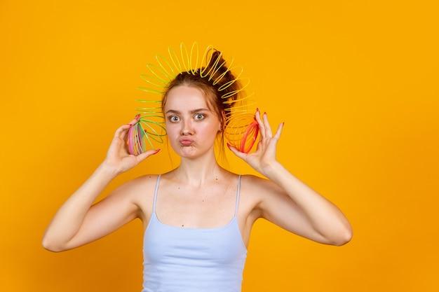 Portrait de jolie fille romantique isolée sur fond de studio néon coloré. concept d'émotions humaines