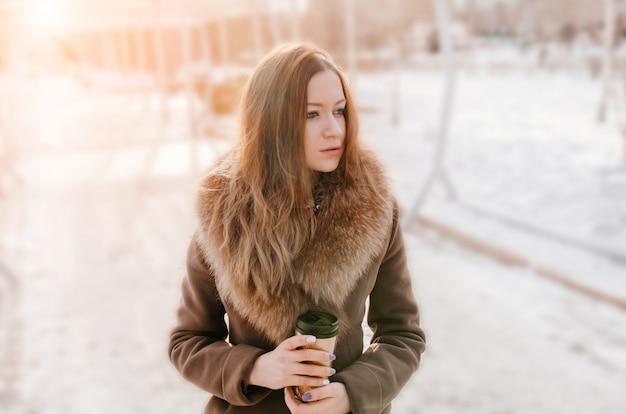 Portrait de jolie fille rousse