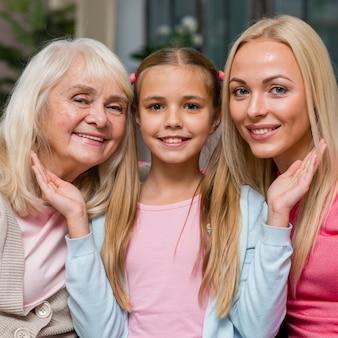 Portrait de jolie fille et sa famille