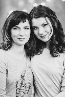 Portrait de jolie fille et sa mère dans des tons pastel avec maquillage et coiffures