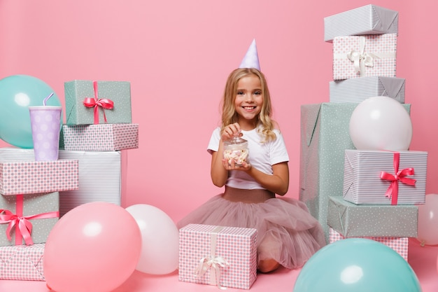 Portrait d'une jolie fille souriante dans un chapeau d'anniversaire
