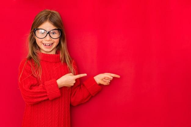 Portrait de jolie fille souriante montrant des signes avec ses mains
