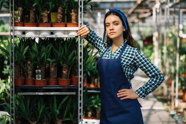 Portrait d'une jolie jardinière